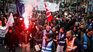 Des syndicalistes participent à la manifestation contre la réforme des retraites, le 28 décembre 2019, à Paris.