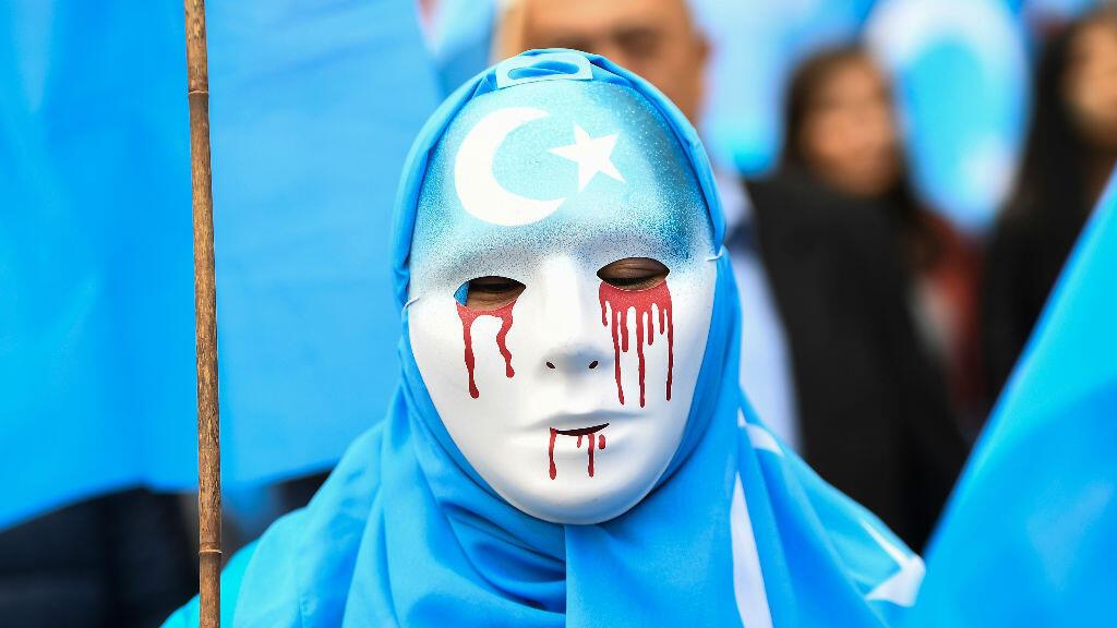 """Un manifestant participe à un rassemblement de la communauté ouïghoure devant les institutions européennes à Bruxelles, le 27 avril 2018, pour demander une intervention de l'UE auprès de la Chine au sujet des """"camps de rééducation""""."""
