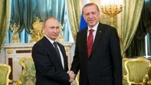 الرئيس التركي رجب طيب أردوغان يصافح نظيره الروسي فلاديمير بوتين في لقاء سابق