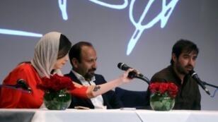 أصغر فرهادي (وسط الصورة) خلال مؤتمر صحفي في طهران في أيار/مايو 2016.