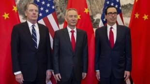 Le vice-Premier ministre chinois Liu He (au centre) posant aux côtés du secrétaire américain au Trésor, Steven Mnuchin (à droite), et de l'ambassadeur des États-Unis à Pékin, Robert Lighthizer (à gauche), le 28mars2019.