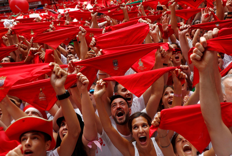 Los juerguistas sostienen los tradicionales pañuelos rojos durante el 'chupinazo', que abre el festival de San Fermín en Pamplona, España, el 6 de julio de 2018.