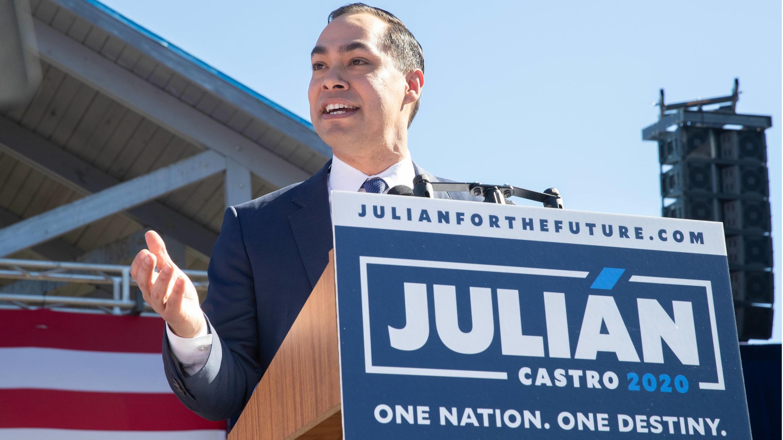 El demócrata Julián Castro anima a sus seguidores durante su acto de anuncio de su candidatura a la presidencia de Estados Unidos en San Antonio, Texas, el 13 de enero de 2019.