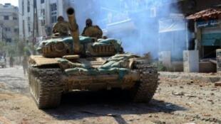 دبابة للجيش السوري في المليحة بضواحي دمشق في 14 آب/أغسطس 2015