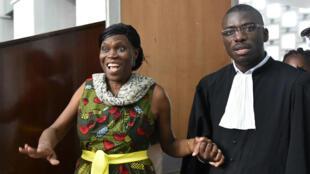 Simone Gbagbo, accompagnée de son avocat, au tribunal d'Abidjan, le 10 octobre 2016.