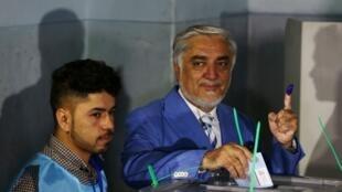 المرشح للرئاسيات الأفغانية عبدالله عبدالله يدلي بصوته بمركز اقتراع في كابول. 28 سبتمبر/أيلول 2019.