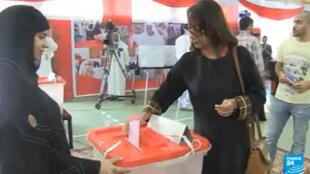 بحريني يمر أمام لافتة تدعو إلى مقاطعة الانتخابات