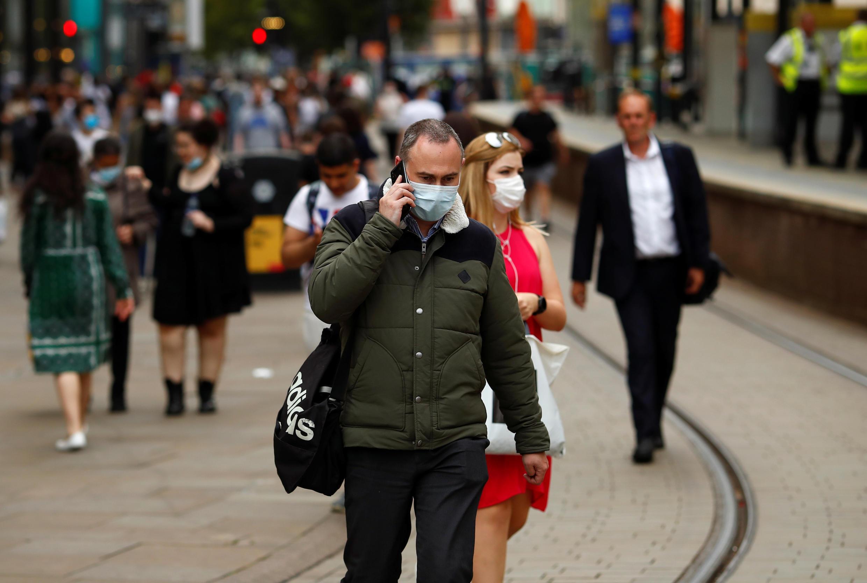 Un hombre usa una mascarilla mientras recorre el centro de Manchester, Reino Unido, el 10 de agosto de 2020.