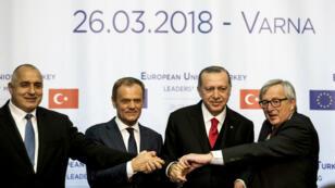 أردوغان بين يونكر وتوسك خلال مؤتمر صحفي في فارنا