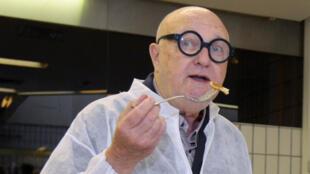 Jean-Pierre était l'un des chroniqueurs de l'émission les Grosses Têtes animée par Laurent Ruquier sur RTL.
