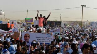 Les partisans du candidat du pouvoir Mohamed Ould Ghazouani avant un meeting à Nouakchott le 20juin2019.
