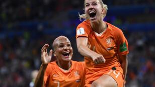 لاعبات المنتخب الهولندي يحتفلن بالفوز على المنتخب السويدي في كأس العالم للسيدات 2019