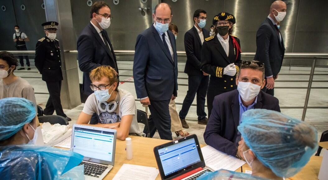El Primer Ministro francés Jean Castex visita una unidad de pruebas de Covid-19, instalada en el Aeropuerto Internacional Charles-de-Gaulle, en el área metropolitana de París, Francia, el 24 de julio de 2020.