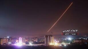 """صورة نشرها """"الإعلام الحربي المركزي"""" المرتبط بالحكومة السورية بتاريخ 10 أيار/مايو 2018 تظهر بحسب المصدر الدفاعات الجوية السورية تعترض صواريخ اسرائيلية فوق دمشق"""