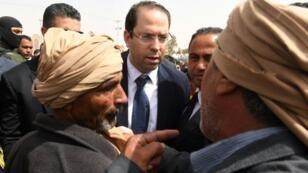 رئيس الحكومة التونسي يوسف الشاهد يتحدث إلى أهالي بلدة تطاوين خلال زيارة للولاية في 27 أبريل 2017
