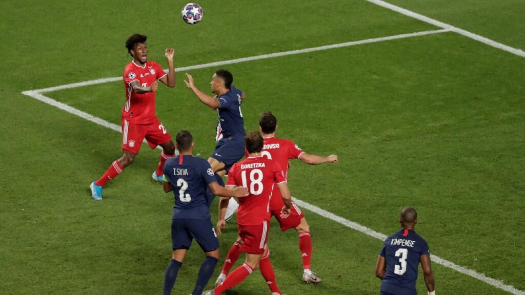 El jugador francés del Bayern Múnich, Kingsley Coman, cabecea el balón que será el único gol del partido. En Lisboa, el 23 de agosto de 2020.