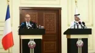 وزير الخارجية الفرنسي جان إيف لودريان (يسار) خلال مؤتمر صحافي مع نظيره القطري الشيخ محمد بن عبد الرحمن آل ثاني في الدوحة في 15 تموز/يوليو، 2017