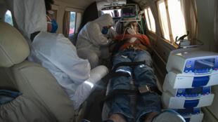 Un paciente de COVID-19 de 47 años recibe tratamiento médico en un avión durante su traslado desde el poblado de Almeirim a la ciudad de Santarem, en el estado brasileño de Pará, el 15 de julio de 2020