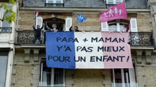 Des opposants au mariage homosexuel et à laPMA pour toutes, le 26mai2013, lors d'une mobilisation de La Manif pour tous à Paris.