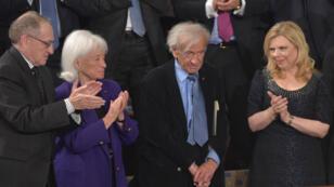 Elie Wiesel (à droite) adresse un discours au Congrès américain le 3 mars 2015.