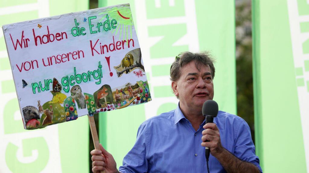 Werner Kogler, candidato del Partido Verde, sostiene un cartel durante un un mitin previo a las elecciones generales, en Viena, Austria, el 27 de septiembre de 2019.