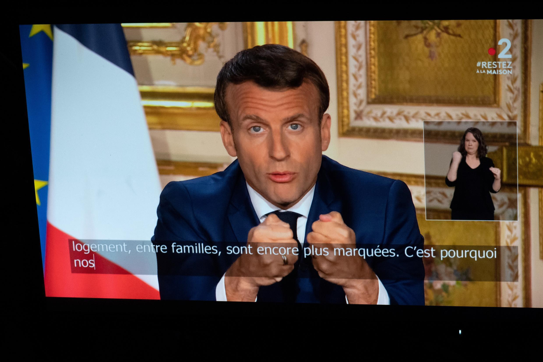 Emmanuel Macron parle depuis l'Elysée lors d'une allocution télévisée à la le 13 avril 2020 à Paris