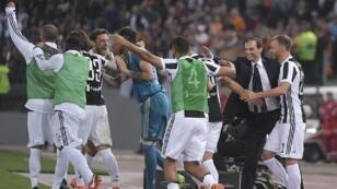 لاعبو يوفنتوس يحتفلون بإحرازهم اللقب السابع على التوالي في الدوري الإيطالي 13 أيار/مايو 2018.