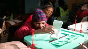 Una mujer vota en Kenia