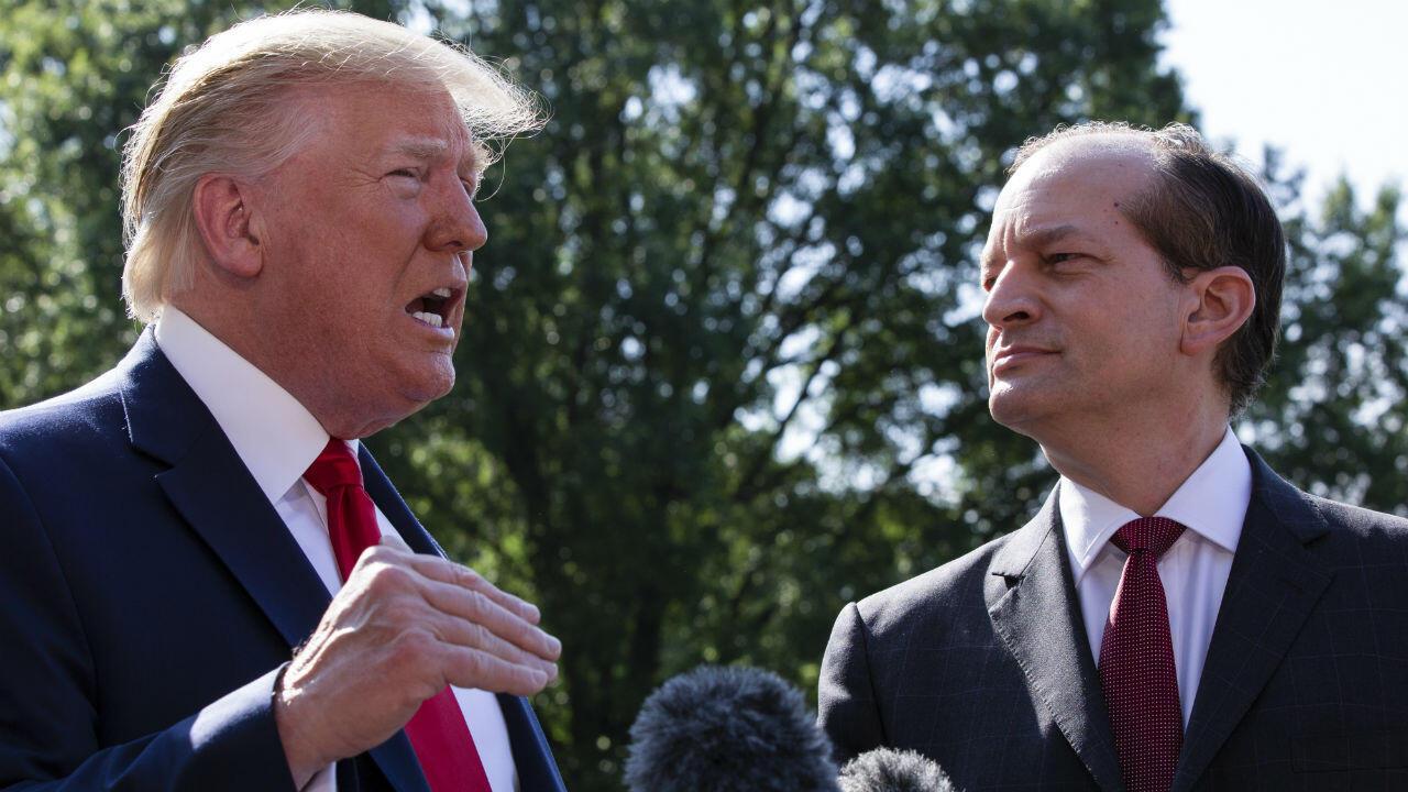 الرئيس الأمريكي دونالد ترامب ووزير العمل المستقيل ألكسندر أكوستا بحديقة البيت الأبيض 13 يوليو/تموز 2019