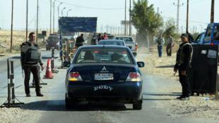 La police inspecte des voitures qui entrent dans le Nord-Sinaï en Égypte, le 31 janvier 2015.