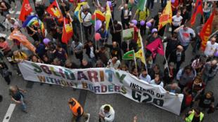 """La manifestation est intitulée """"solidarité sans frontières au lieu du G20"""" selon ses organisateurs."""
