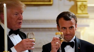 El presidente francés, Emmanuel Macron, brinda por el presidente de  Estados Unidos, Donald Trump, durante una cena de Estado en la Casa Blanca en Washington D. C., EE. UU., el 24 de abril de 2018.