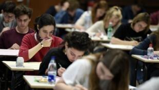 طلاب فرنسيون أثناء تأدية أحد الامتحانات