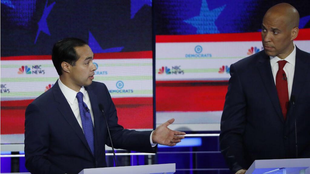 Julián Castro el único hispano en la lista demócrata y exsecretario de Gobierno de Barack Obama debate el tema de la crisis migratoria junto con el senador estadounidense Cory Booker.