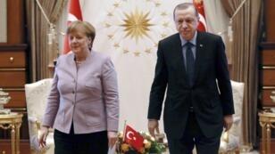 الرئيس التركي رجب طيب أردوغان إلى جانب المستشارة الألمانية أنغيلا ميركل.