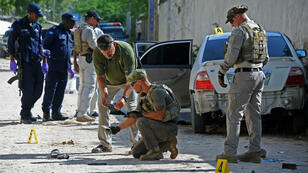 Des enquêteurs recueillent des indices sur le lieu de l'assassinat du journaliste somalien Hindiyo Haji Mohamed, assassinée à Mogadiscio le 3 décembre 2015.