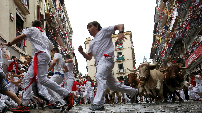 Un toro golpea a un participante durante el primer encierro de los toros del festival de San Fermín en Pamplona, España, el 7 de julio de 2018.