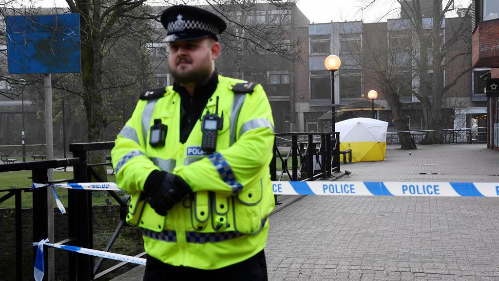 El 6 de marzo, la policía británica sigue vigilando el sitio donde el exespía ruso Skripal fue encontrado inconsciente dos días antes.