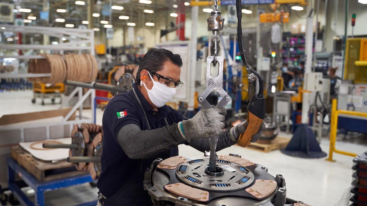 Archivo-Un trabajador reanuda sus actividades en una fábrica de autopartes que estuvo cerrada durante varias semanas para evitar la propagación del coronavirus en San Luis Potosí, México, el 27 de mayo de 2020.