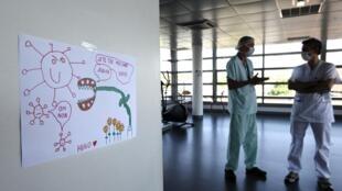 Un soignant discute avec un psychologue à l'hôpital de Strasbourg, le 6 mai 2020