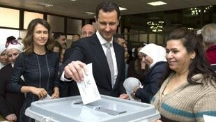 الرئيس السوري بشار الأسد أثناء الإدلاء بصوته في الانتخابات التشريعية أبريل/نيسان