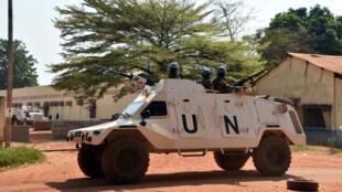 Une patrouille de la force de l'ONU en Centrafrique surveille le déroulé du vote, à Bangui, lors des élections présidentielle et parlementaires de janvier 2016.