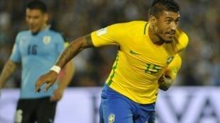 باولينيو يحتفل بالهدف الثاني للبرازيل في مرمى أوروغواي، الخميس 23 آذار/مارس 2017.