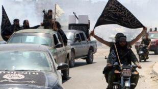 """مقاتلون من """"جبهة النصرة"""" في حلب، بشمال سوريا، في 26 أيار/مايو."""