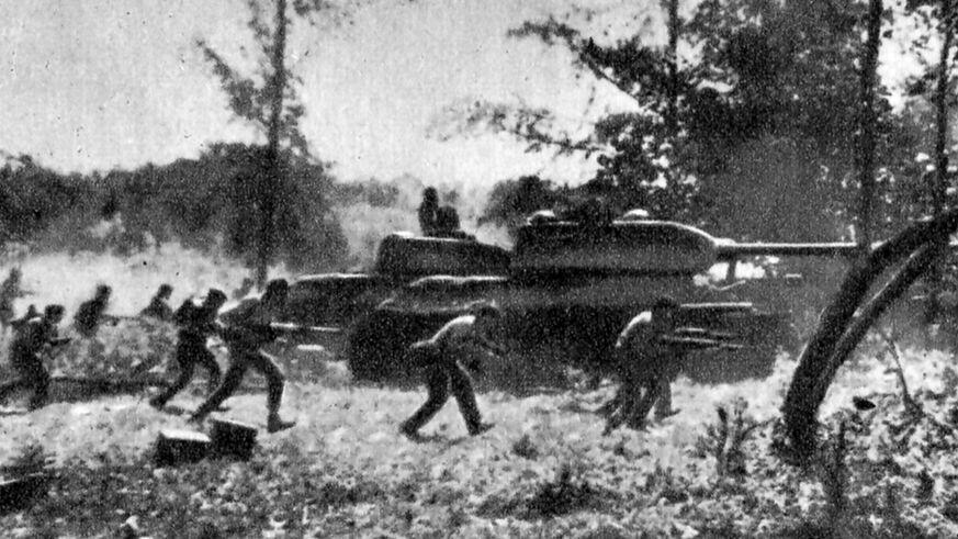 Rebeldes exiliados cubanos apoyados por la CIA, se enfrentan contra las Fuerzas Armadas Revolucionarias (FAR)de Fifel Castro, el 19 de abril de 1961.