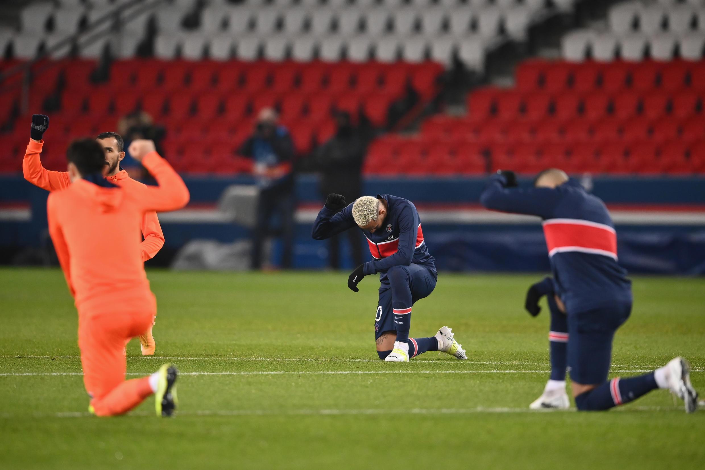 L'attaquant brésilien Neymar (au centre) et d'autres joueurs se mettent à genoux avant le match du PSG contre Istanbul Basaksehir FK au Parc des Princes le 9 décembre.