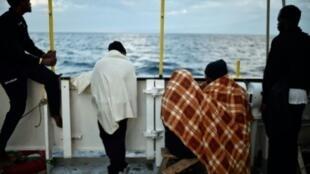 مهاجرون على متن سفينة الإنقاذ أكواريوس، قبالة سواحل صقلية في 14 أيار/مايو 2018