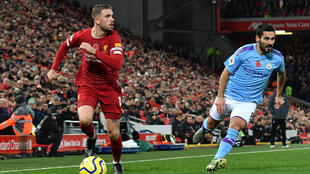 Le capitaine de Liverpool Jordan Henderson déborde le milieu de   Manchester City Ilkay Gündogan, lors du choc de Premier League, le 10 novembre 2019 à Anfield