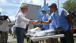 Poignée de main entre le président Juan Manuel Santos et un observateurs de l'ONU, le 15 août 2017, à Pondores.