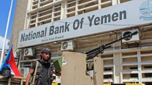 Un combatiente del Consejo de Transición del Sur patrulla la antigua ciudad de Adén, capital de facto del gobierno yemení, de la cual tomaron el control el 30 de enero de 2018.